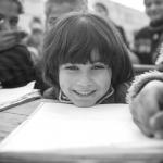 Syrische Schulkinder Im Vordergrund lächelt uns die sechsjährige Sajeda an Aufgenommen in einer Behelfsschule in einem Auffanglager in Atmeh, Syrien
